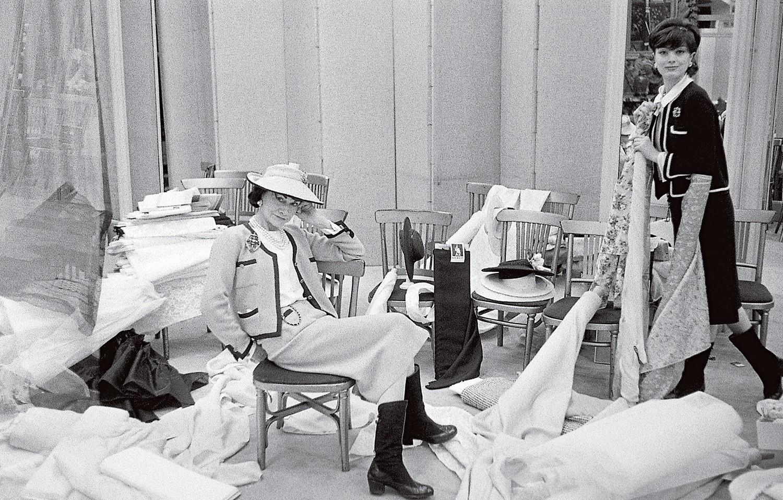 Chanel e Marie-Hélène Arnaud clicadas por Willy Rizzo no ateliê da estilista na Rue Cambon, em Paris, em 1959 (Foto: Divulgação)