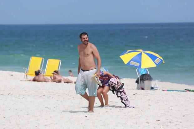 Só no relax! Thiago Lacerda curte a sexta-feira na praia