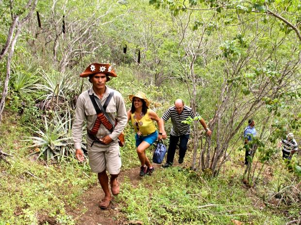 Grupo segue por trilha na vegetação de caatinga até a Grota de Angico (Foto: Waldson Costa/G1)