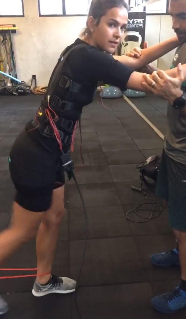 Bruna Marquezine faz treino com choque em academia