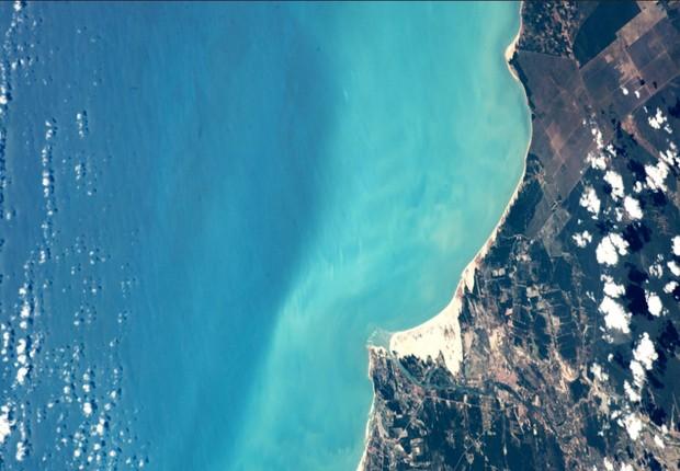 Imagem feita pelo astronauta Paolo Nespoli a partir da Estação Espacial Internacional mostra a boca do rio Jaguaribe, ao sul de Fortaleza (Foto: Reprodução/Twitter)