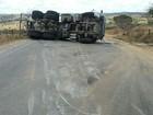 Após colisão, caminhão carregado  de cimento tomba na BR-424 em PE