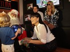 Adriane Galisteu leva Vittorio para brincar com Papai Noel em evento