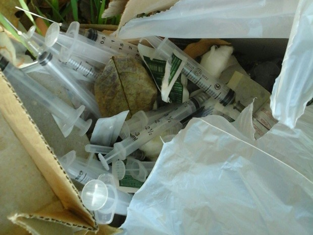 Seringas foram encontradas em um praça pública da cidade (Foto: Reprodução / TV TEM)