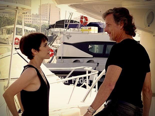 Max arma encontro com Nina no barco e Lúcio filma tudo para forjar um flagrante (Foto: Divulgação)