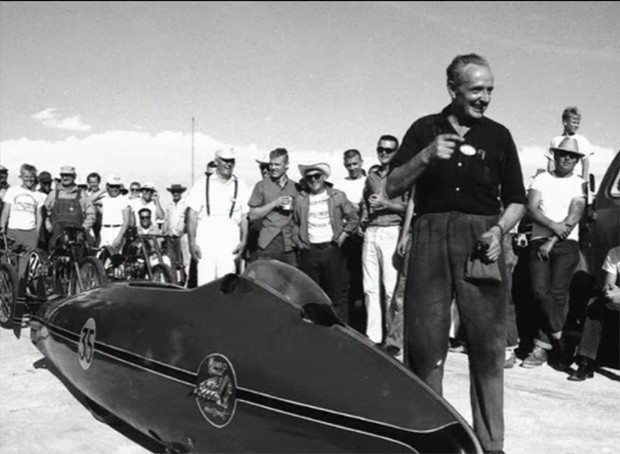 Burt Munro uma personalidade na pista de sal. (Foto: Reprodução-montagem/Frame do vídeo Burt Munro Tribute Worlds Fastest Indian) (Foto: Reprodução/Frame do vídeo Burt Munro Tribute Worlds Fastest Indian)