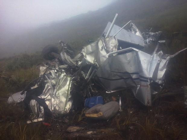Destrços do avião continuam no local da queda na Serra da Canastra (Foto: Pousa Limeira/Divulgação)