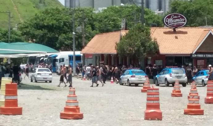 Dono de lanchonete chamou a Polícia Militar para ajudar a controlar a entrada de corintianos (Foto: Adison Ramos/TV Rio Sul)
