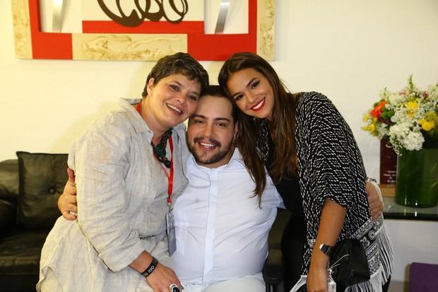 Tiago Abravanel entre a mãe, Cíntia Abravanel, e Bruna Marquezine (Foto: Alex Palarea e Marcello Sá Barretto / AgNews)