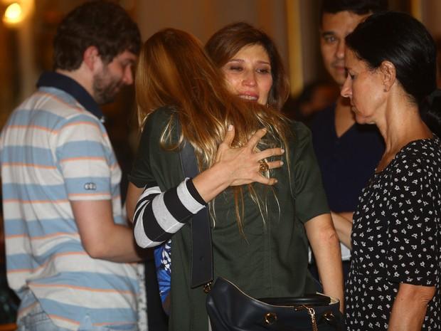 Beth Goulart recebe o apoio de amigos no velório de Paulo Goulart em São Paulo (Foto: Iwi Onodera/ EGO)