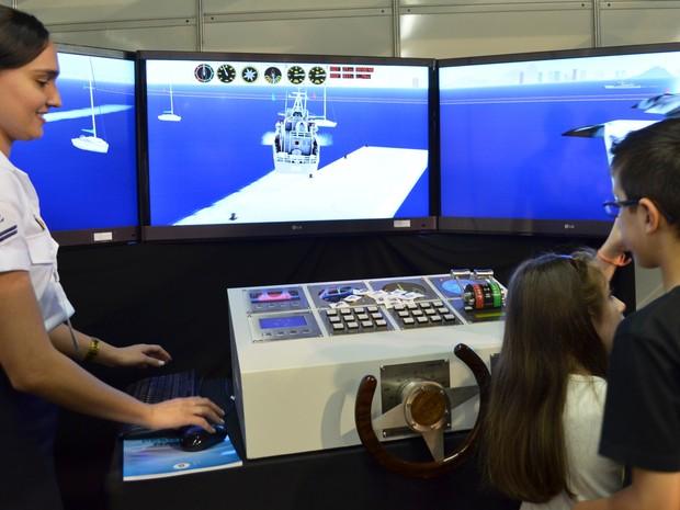 No simulador da Marinha, visitante testa habilidades no comando do navio (Foto: Stefhanie Piovezan/G1)