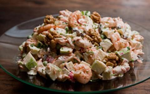 Salada de camarão e kani com maçã, cenoura, ervilha e nozes