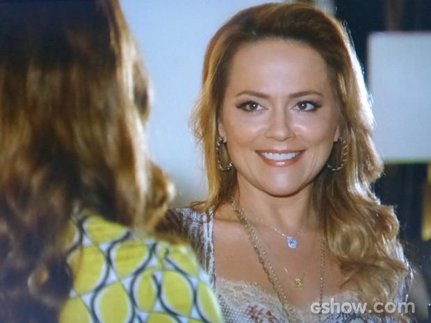 Shirley planeja dopar Laerte e conta tudo para Rafaela (Foto: Em Família/TV Globo)
