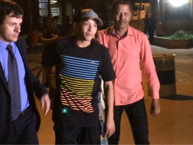 Lucas Perdomo saiu do Complexo Penitenciário de Gericinó no fim da tarde desta sexta-feira (3) (Foto: Henrique Coelho/ G1)