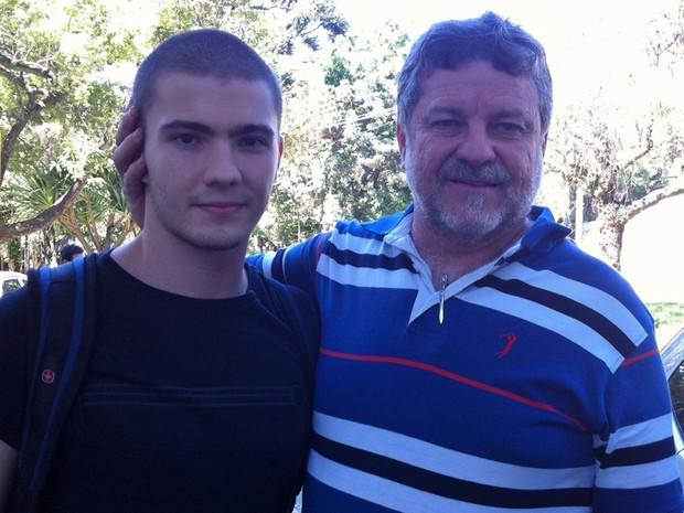 SÃO PAULO - O calouro de medicina da USP, Paulo Antonio de Freitas, de 17 anos, com o pai, Paulo Ribeiro de Freitas (Foto: Ana Carolina Moreno/G1)
