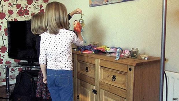 Lily e Jessica têm seis e oito anos e, desde muito pequenas, demonstraram interesse em tudo o que era feminino  (Foto: BBC)
