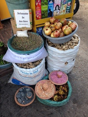 No mercado público em Maceió, há várias opções para simpatias na virada do ano (Foto: Natália Normande/G1)