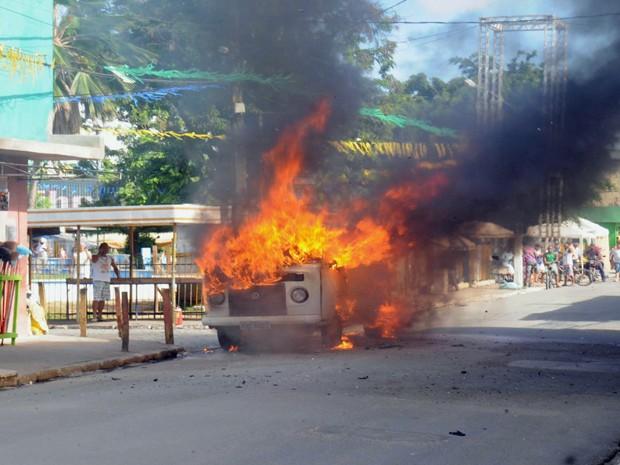 Veículo foi completamente consumido pelas chamas (Foto: Erinaldo Vieira/ Acervo Pessoal)