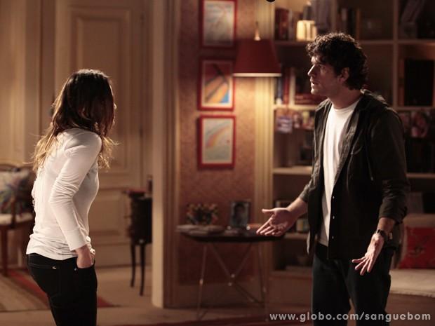 Bento tenta convencer Malu a tentar romance com ele (Foto: Pedro Curi / TV Globo)