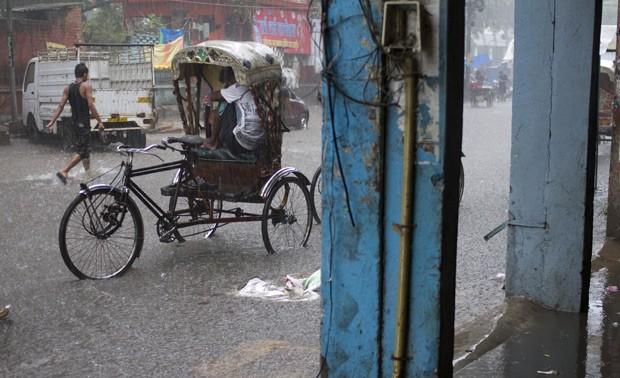 Chuvas intensas em partes da Índia foram um dos extremos climáticos analisados por estudo publicado nesta segunda-feira (Foto: AP Photo/ Rajesh Kumar Singh, File)