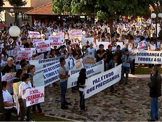 Moradores de Pontal, SP, protestam contra a violência (Foto: Reprodução/ EPTV)