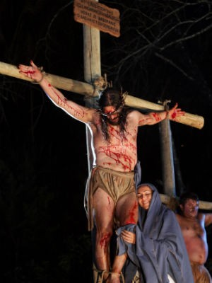 Paixão de Cristo é encenada pelo Grupo Lamperi (Foto: Arnaldo Alves / Divulgação)
