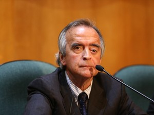Nestor Cerveró permanece em silêncio durante sessão de depoimento na CPI da Petrobrás, realizada na Justiça Federal, em Curitiba (PR), nesta segunda-feira (10) (Foto: Geraldo Bubniak/AGB/Estadão Conteúdo)