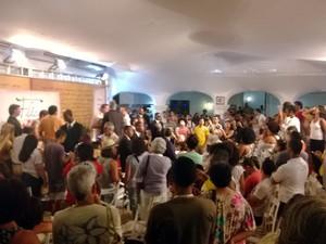 Manifestantes invadem mesa da Flica, em Cachoeira (Foto: Danutta Rodrigues/G1 BA)