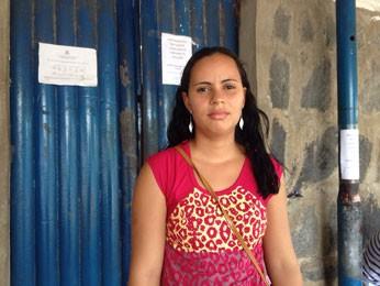 Balconista Jéssica Vitorino disse que ainda não teve notícia do marido após a rebelião (Foto: Marina Barbosa/G1)
