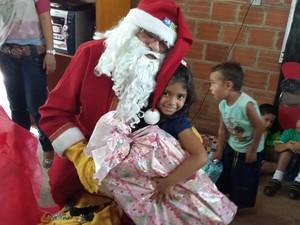 Papai Noel dos Correios disse que ver a alegria das crianças o deixa realizado (Foto: Gil Oliveira/G1)