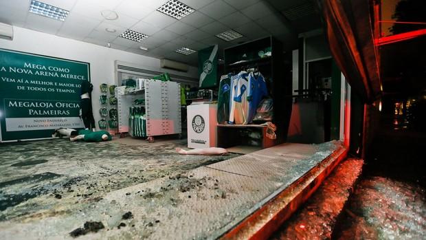 Loja Palmeiras incêndio protesto (Foto: Eduardo Anizelli / Folhapress)