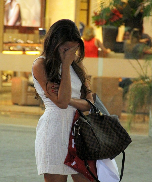 Bruna Marquezine se esconde ao perceber a presença do fotógrafo (Foto: Marcus Pavão/AgNews)