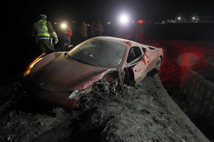 Ferrari de VIdal destruída após acidente (Foto: Felipe Fredes/AP)
