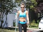 Miley Cyrus exibe cinturinha de pilão em passeio com seu cachorrinho
