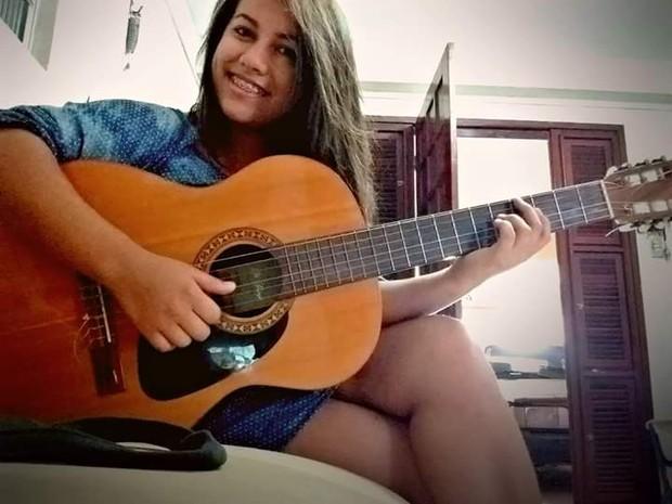 Jessika de Sousa Almeida morreu após cair de um ônibus; família diz que porta do veículo estava aberta e aponta imprudência (Foto: Reprodução/Arquivo pessoal)