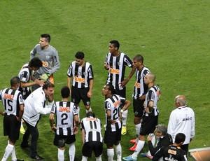 Cuca orienta os jogadores do Atlético-MG durante apagão (Foto: Fernando Martins)