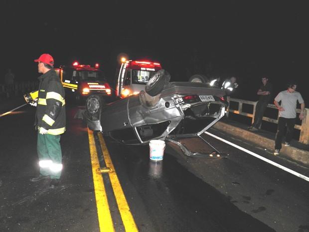Homem morreu após capotar o carro e ser arremessado em uma ponte (Foto: Altamir Oliveira/Divulgação)