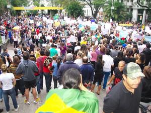 Manifestação em Bragança Paulista reuniu milhares de pessoas que seguiram para o Palácio Santo Agostinho, sede da prefeitura. (Foto: Deusmar Motta/BJD)