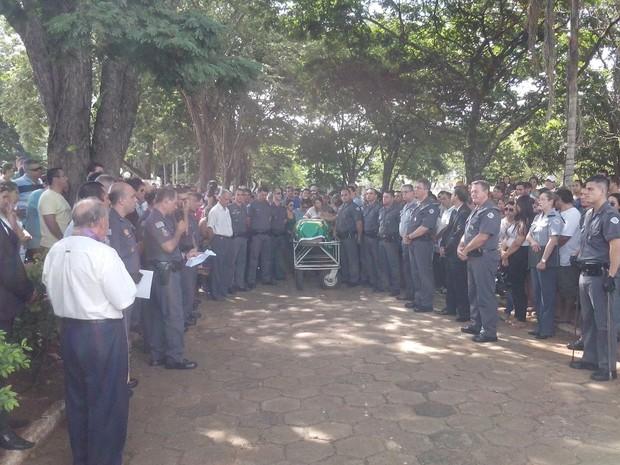 Autoridades da Polícia Militar participaram do enterro do cabo  (Foto: Guilherme Tavares/ TV TEM)