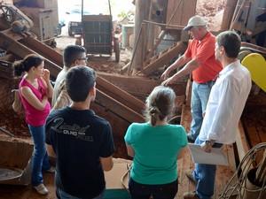Fiscais orientaram adolescentes em olaria em Piracicaba (Foto: Leon Botão/G1)