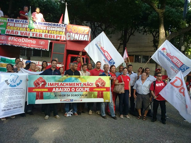 Representantes de sindicatos no ato da Praça Costa Pereira (Foto: Mariana Carvalho/ G1)