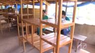 Comunitários constroem movelaria dentro da floresta para fabricação de produtos