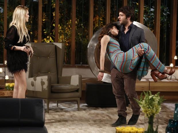 Gata desmaia nos braços de Davi e Megan tem ataque de ciúmes (Foto: Fábio Rocha/TV Globo)