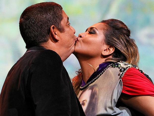 Zeca Pagodinho ganhou um selinho de Gaby Amarantos e comemorou: 'Ganhei um beijo!' (Foto: Wagner Meier / G1)