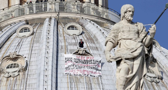 Marcello Di Finizio protesta contra o Governo de Mario Monti e a União Europeia na cúpula da basílica de São Pedro, no Vaticano (Foto: AP Photo/Andrew Medichini)