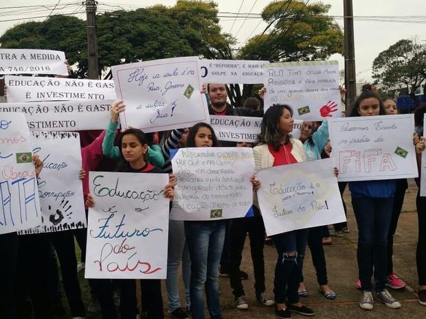 Alunos e professores protestaram em Cianorte na manhã desta quarta-feira (5) (Foto: Arquivo pessoal/Deina Lira Baggio)