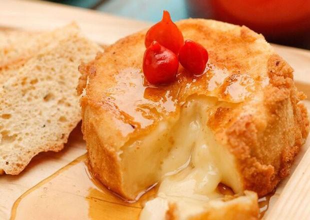 Receita: aperitivo de queijo camembert empanado (Foto: Divulgação)
