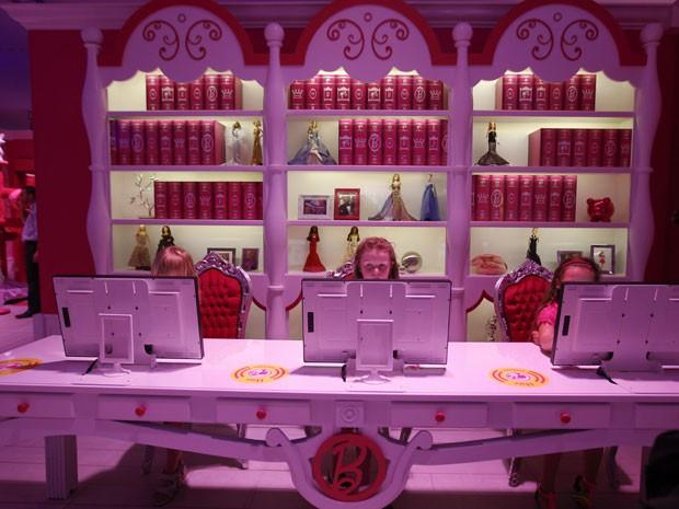 Meninas usam computadores na Casa dos Sonhos da Barbie, em Berlim (Foto: Fabrizio Bensch/Reuters)