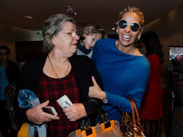 Adriane Galisteu com a mãe, Ema, e o filho, Vittorio, em teatro em São Paulo (Foto: Marcos Ribas/ Foto Rio News)