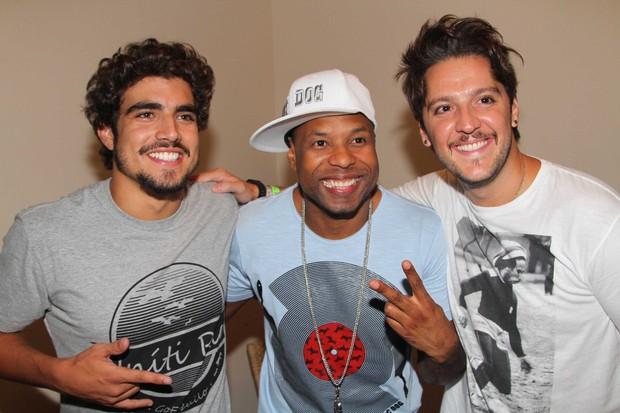 Caio Castro e André Vasco posam com Buchecha depois de show (Foto: Léo Franco e Thiago Duran/AgNews)